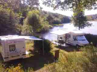 aire Campingcar en aubrac au bord d'un lac en aveyron