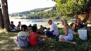 Lecture au bord d'un lac