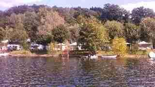 le camping vu du lac sepia