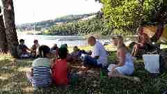 Camping La Romiguiere : Lecture au bord du lac